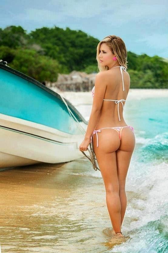 Chica en tanga en la playa