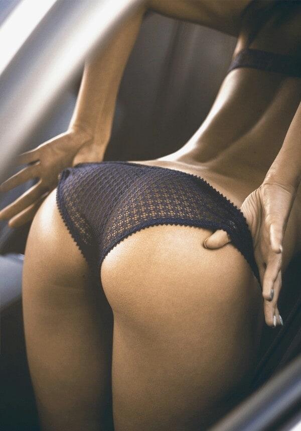 Desnudandose en el coche