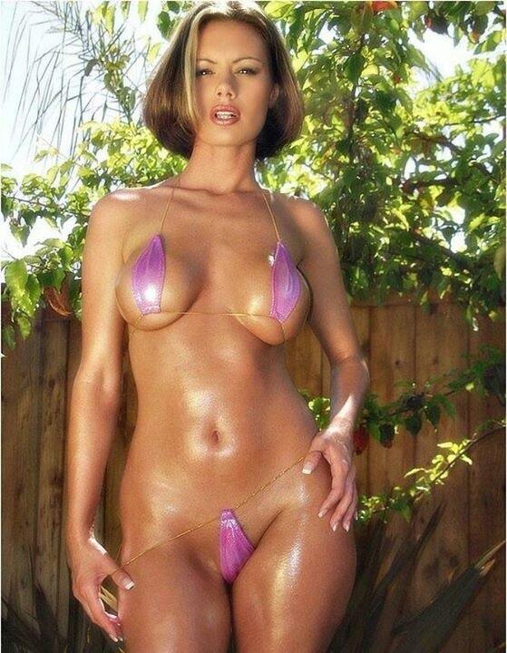 Madura en micro bikini