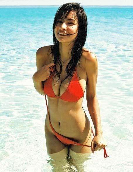 En el agua jugando con su bikini