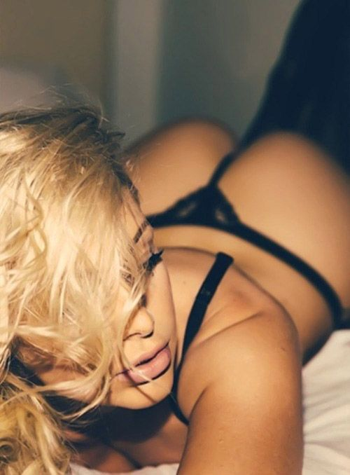 En tanga sobre la cama