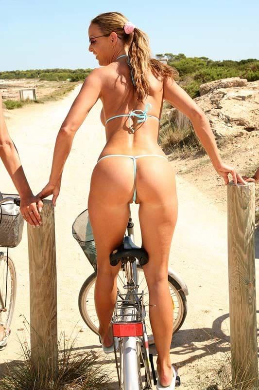 En bicicleta en bikini