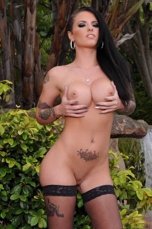Christy Mack se estruja los pechos