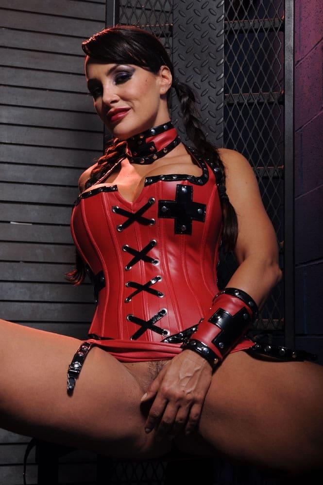 Lisa en corset de cuero