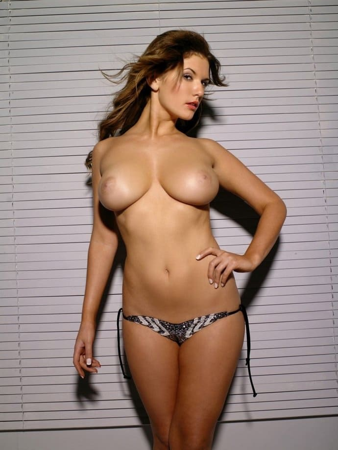 Tetona desnuda en tanga