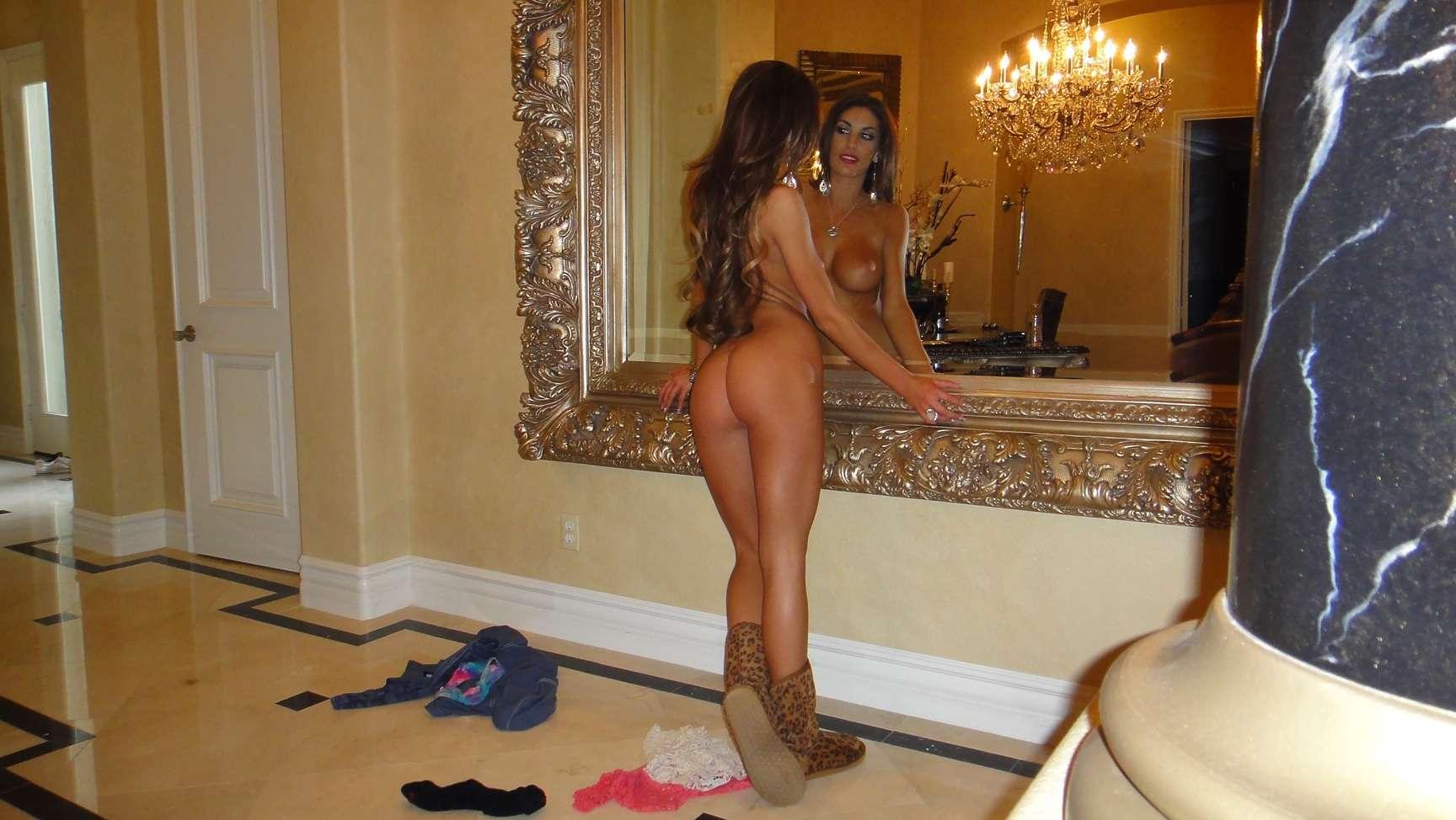 Ames desnuda frente al espejo
