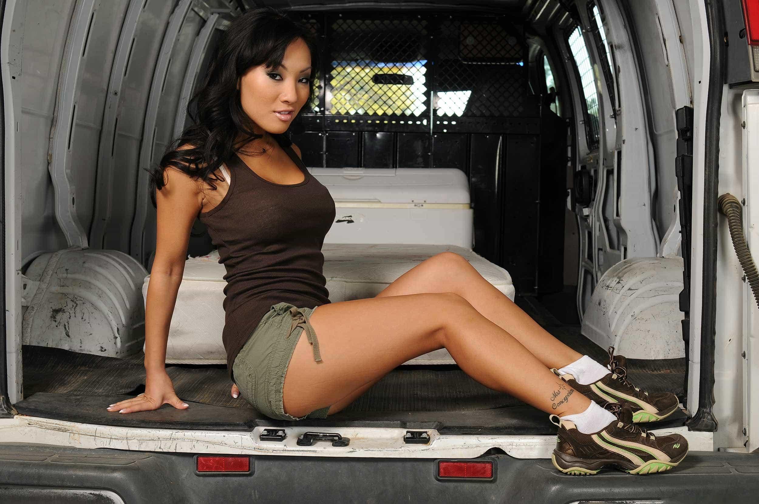 En la parte de atras de una furgoneta
