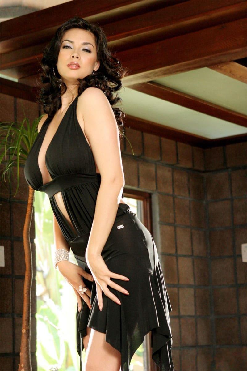 Un vestido negro de coctel