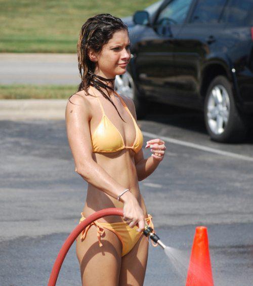 Lavando el auto en bikini