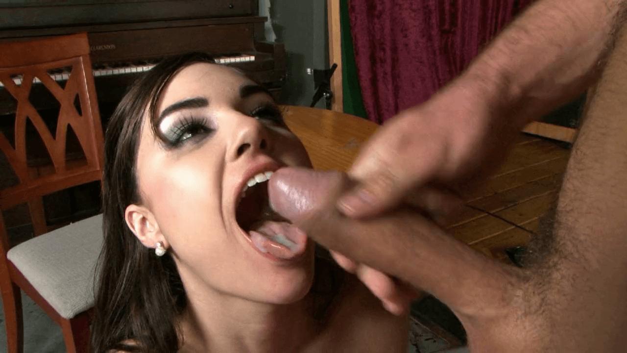 A Sasha le gusta el sabor del semen en su boca