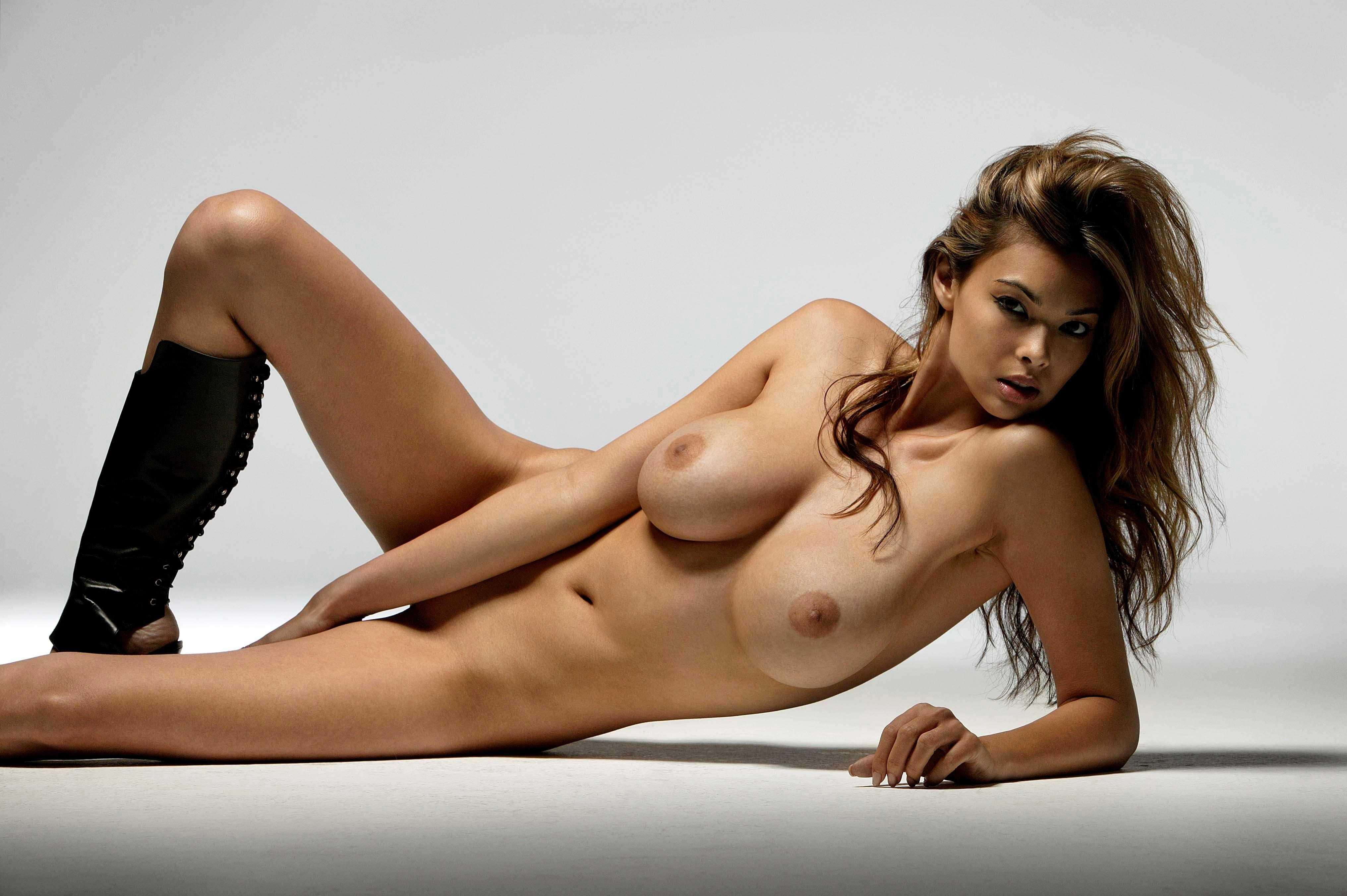 Tera recostada y desnuda