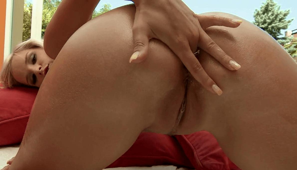 Un dedo en su cola en la reposera