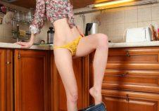 Una ama de casa en tanga
