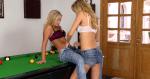 Jugando desnudas sobre una mesa de pool