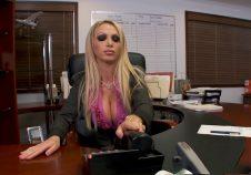 Secretaria que atiende telefonos y al jefe
