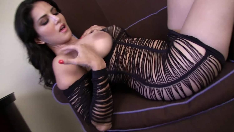 Sunny Leone nos hace un hermoso striptease