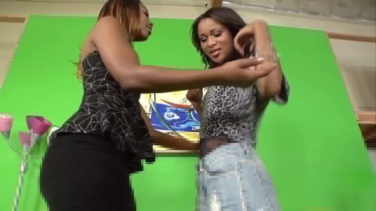 Una madura negra se folla a una joven negra