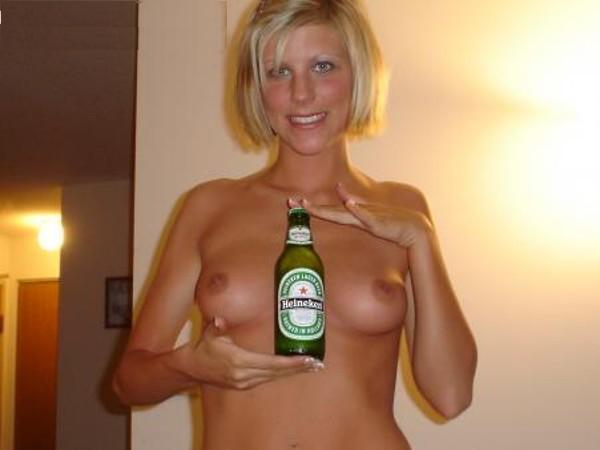 Desnuda con una botella de cerveza