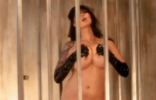 Expone sus pechos dentro de una jaula