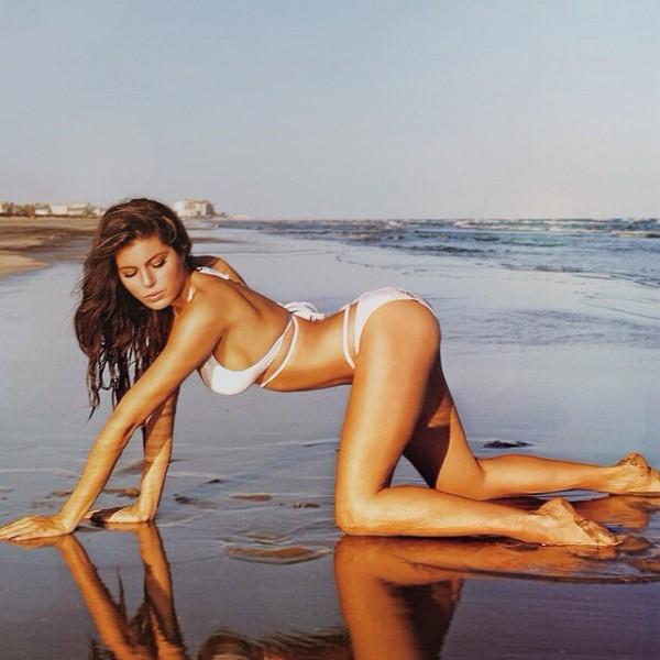 Gateando en la orilla de la playa