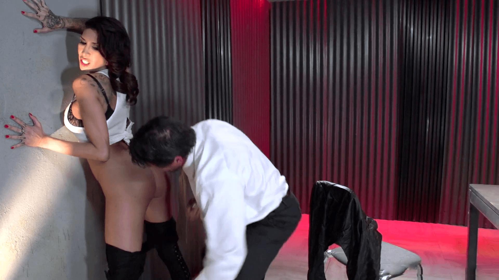 Kayla Carrera es follada en un interrogatorio