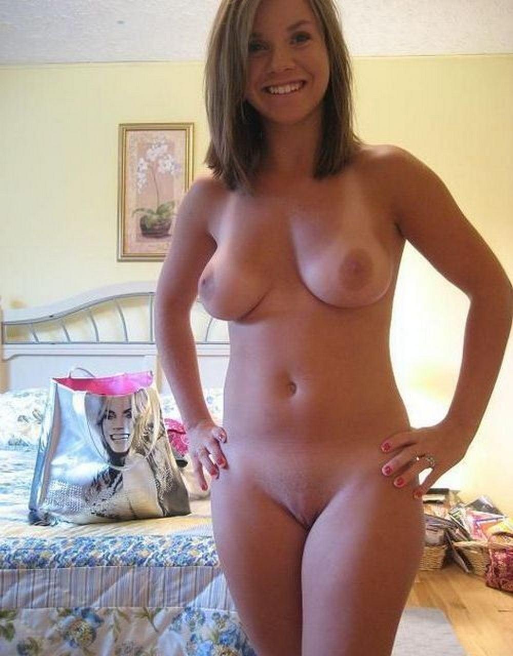 Colegiala desnudo en su habitación