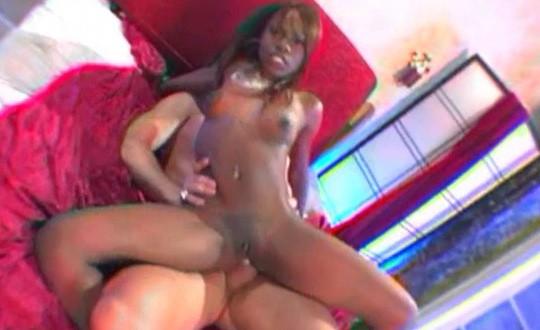 Chica negra follada por el culo