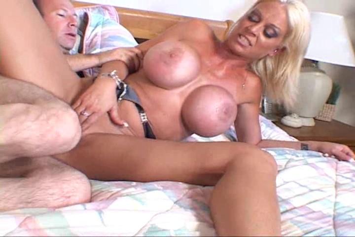 Rubia tetona haciendo porno